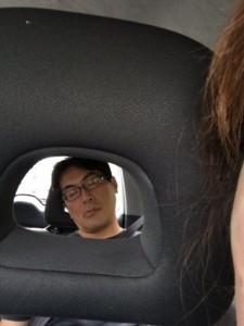 腰の痛い入江、移動中の車内で爆睡中