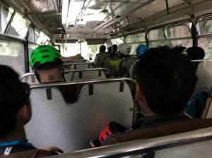 バスの中もかなりゆれます。