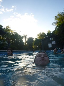 店長林は泳げます。暁子は犬かきしかできません。