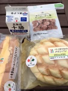 暁子の朝食。暑いときは牛乳が良いと聞きました。干し梅も欠かせません。