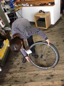 まず、タイヤの片側をはめてゆきます