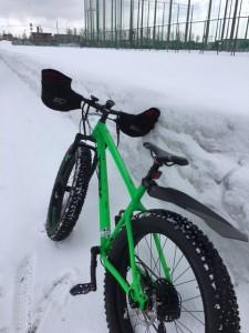 今朝の通勤。道路わきの雪はまだたんまりありますね~。