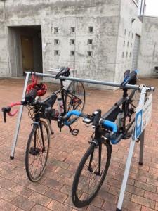自転車ラックとトイレ、水飲み場があります。