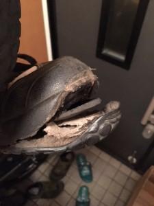 気に入っていた5・10のサムヒルモデル。あまりの暑さに靴までやられました。