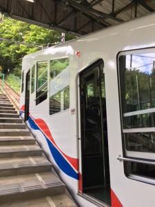 ケーブル初体験。乗り物自体が階段状です。ものすごい斜度を上がってゆきます。