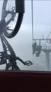 山頂近くは風が強く、バイクがあおられて横を向いてしまいます。
