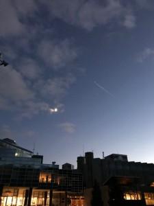 暮れた空に、月と飛行機雲!